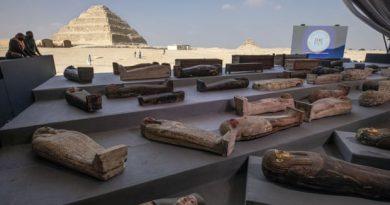 100 σαρκοφάγοι ανακαλύφθηκαν στην Αίγυπτο,με ολοζώντανα χρώματα και ηλικίας 2.500 ετών!